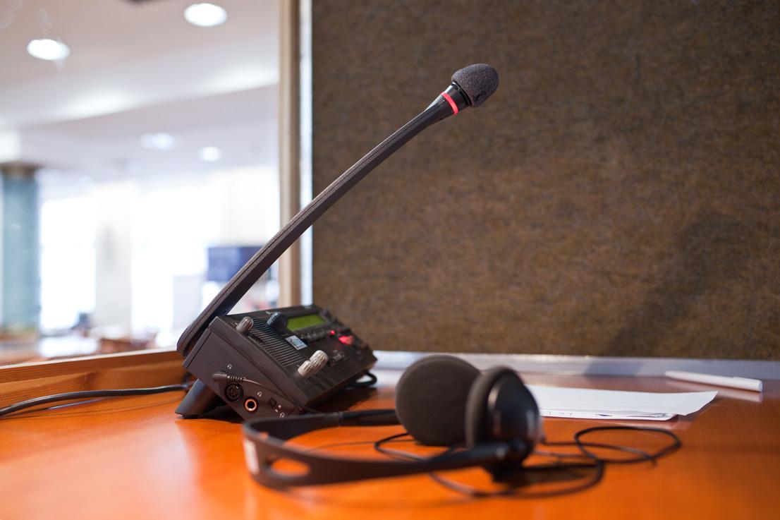 Cabina de interpretación y juego de micrófono